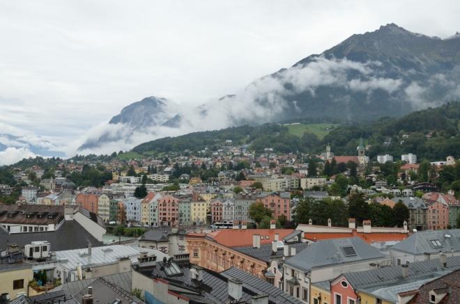 Pohled k domům za řekou Inn a dál na západ. V pozadí se zvedá západní část hřebene zvaného Nordkette či Inntalkette, jenž Innsbruck svírá ze severu a jehož vrcholy místy přesahují 2600 metrů.