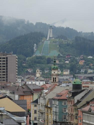 V pozadí nelze přehlédnout skokanský můstek na kopci Bergisel, kde se mimo jiné každoročně koná jeden ze závodů Turné čtyř můstků. Do víceméně současné podoby však byl vybudován pro ještě významnější událost, zimní olympiádu v roce 1964, a využití pak našel i v roce 1976, kdy si Innsbruck zimní olympiádu zopakoval.