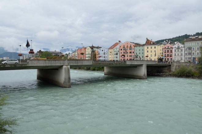 Sešel jsem k řece na západní okraj starého města. Tomuto mostu se i přes moderní vzhled říká Starý (Alte Innbrücke).