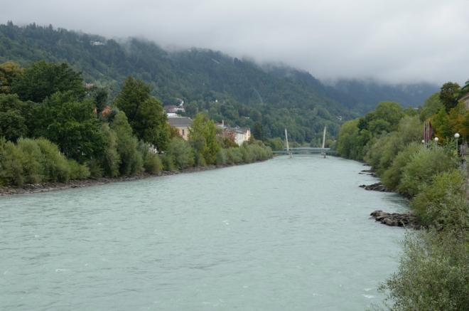 Tady to vypadá, že už jsem skoro venku z města, což je tedy pouze klam. Díváme se teď po proudu řeky, která obepíná většinu Innsbrucku jedním mohutným obloukem.