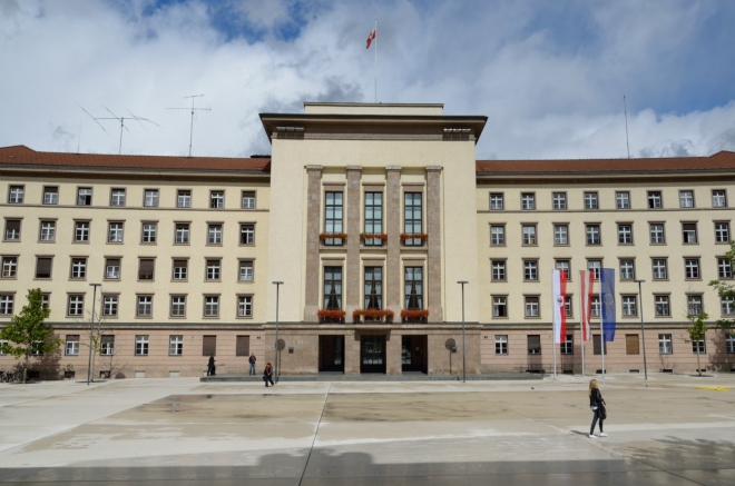 """Teď jsem na náměstí Eduarda Wallnöfera v jižní části centra. K vidění je zde například """"nový zemský dům"""" (Neues Landhaus) z roku 1938, kde sídlí vícero úřadů tyrolské zemské správy. Tuto budovu si zde sice nechali postavit nacisté, ale jinak na ní asi nebylo nic závadného, když tu dodnes stojí."""