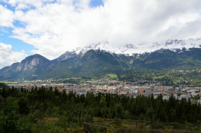Procházím teď převážně lesem, který nenabízí mnoho výhledů do kraje, ale i to málo stojí za to. Tady je západní polovina Innsbrucku.