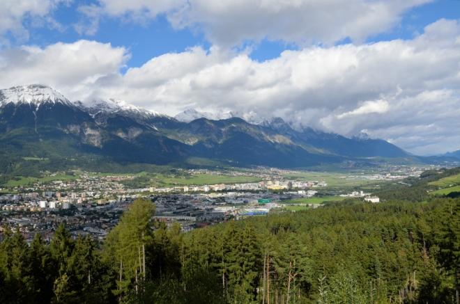 A tady východní, vyfocená tak o kilometr dále. Innsbruck je umístěn opravdu krásně.