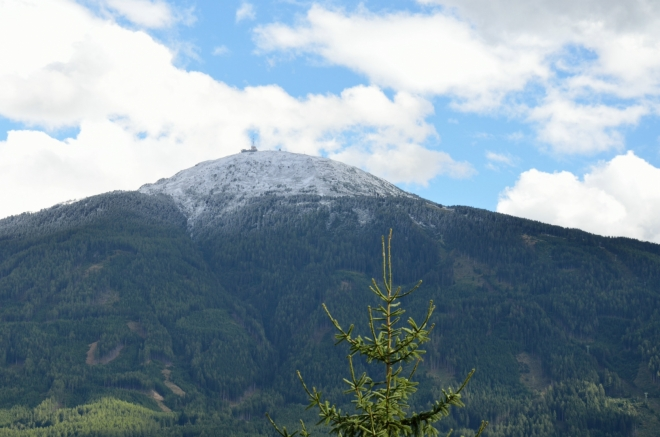 Z vyhlídky pod vrcholem je dobře vidět již zmiňovaný Patscherkofel (2246 m), další z blízkých hor, na které se dá vyjet lanovkou. Nahoře se nachází ještě vysílač a nějaká restaurace, při zimních olympiádách zde probíhal sjezd na lyžích.