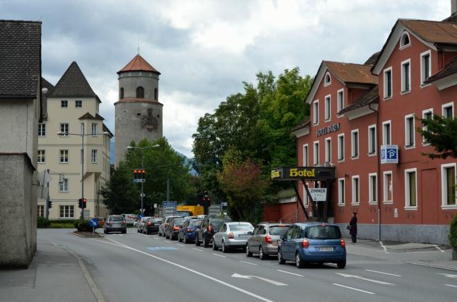 Do centra to mám nudných 1,5 kilometru po přímé ulici a vůbec je celý Feldkirch s ohledem na populaci obludně rozlehlý, dobré dva kilometry čtvereční uprostřed města totiž zabírá neobydlený kopec.