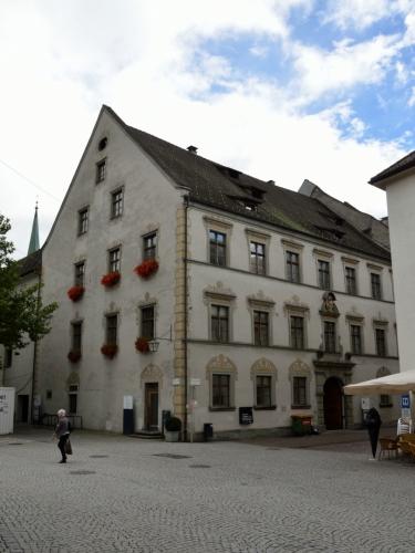 Staré město si díky přehlednému plánku, který jsem dostal na hostelu, prohlížím velice podrobně, zde se pokusím být stručnější. Teď stojím u Lichtenštejnského paláce (Palais Liechtenstein) z roku 1697, jenž původně sloužil Lichtenštejnům jako správní budova, dnes v něm sídlí městská knihovna a archiv.