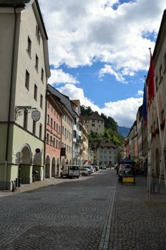 Feldkirch má hned dvě velká náměstí, obě jsou takto protáhlá. Mapa sice toto náměstí dělí na části Neustadt (před námi) a Domplatz (předchozí fotka), ale proč to komplikovat.