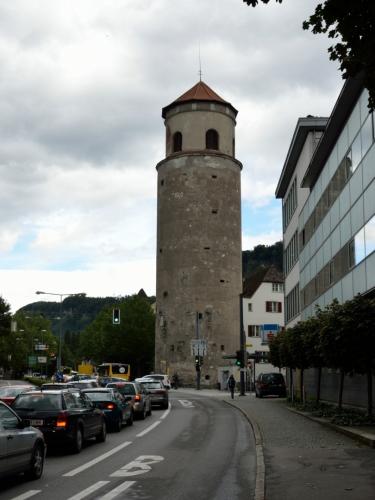 """Katzenturm (""""kočičí věž"""") je nejvýraznějším pozůstatkem městského opevnění, na přelomu 15. a 16. století ji zde nechal znovuvztyčit sám císař Maxmilián I. Název věže je odvozen zřejmě od koček-kanónů, které zde bývaly umístěny."""