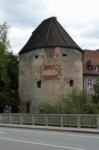 Protože řeka nepředstavovala velkou překážku pro středověké útočníky, bylo při ní městské opevnění vyztuženo Vodní věží (Wasserturm), patrně koncem 15. století.