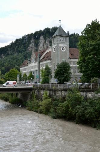Landesgericht Feldkirch. Hlavní soud ve Vorarlbersku nesídlí k mému překvapení v hlavním městě (Bregenz), ale právě zde.