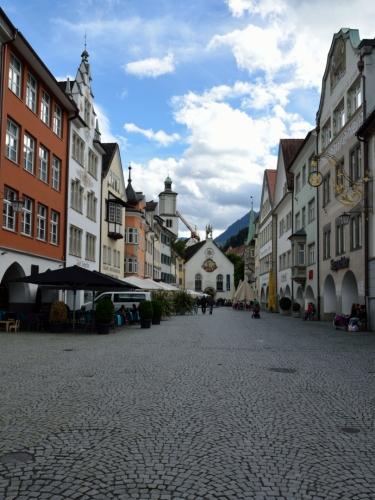 """Toto náměstí se nazývá Marktgasse neboli """"tržní ulička"""" (trochu zvláštní názvosloví...). V pozadí kostel svatého Jana (Johanniterkirche) z počátku 13. století, další středověká památka."""