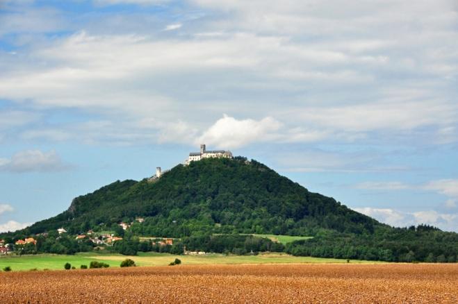 Hrad stojí na vyšším ze dvou znělcových vrcholů - Velkém Bezdězu (604 m n. m.).