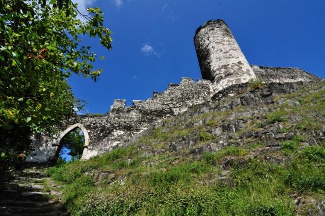 Horní vstupní brána a Čertova věž, která měla pouze obranou funkci. Německy se těmto věžím říkalo Berkgrift a sloužily i jako poslední útulek v dobytém hradu.