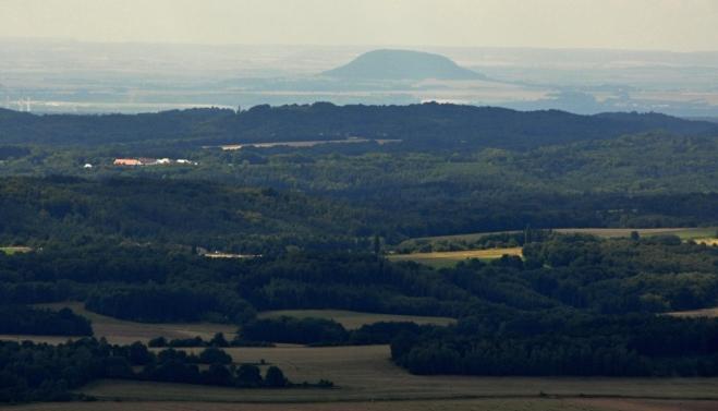 Památná hora Říp patří k symbolův české historie a je z Bezdězu dobře viditelná.