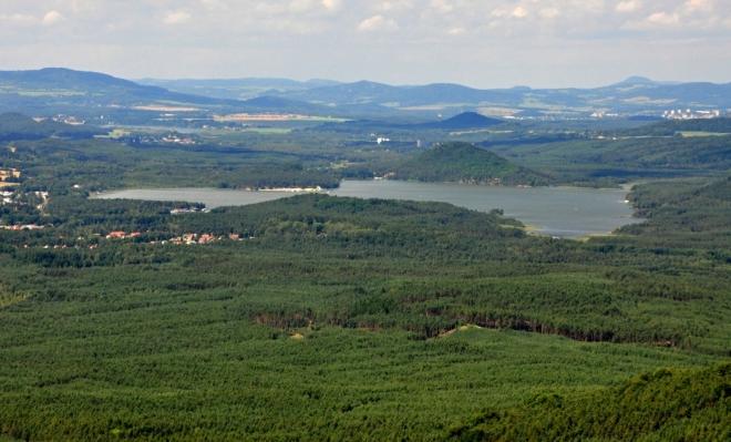 Máchovo jezero, v pozadí vrch Šroubený (375 m n. m.).