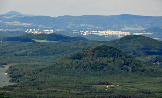 Česká Lípa. V popředí Borný (446 m n. m.), za ním Dub (458 m n. m.) a v pozadí Růžovský vrch (619 m n. m.) v Českém Švýcarsku.
