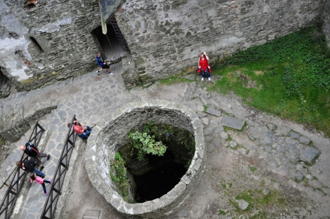 Na nádvoří se nachárí 3,5 m hluboká zdrž, která byla jediným zdrojem vody.