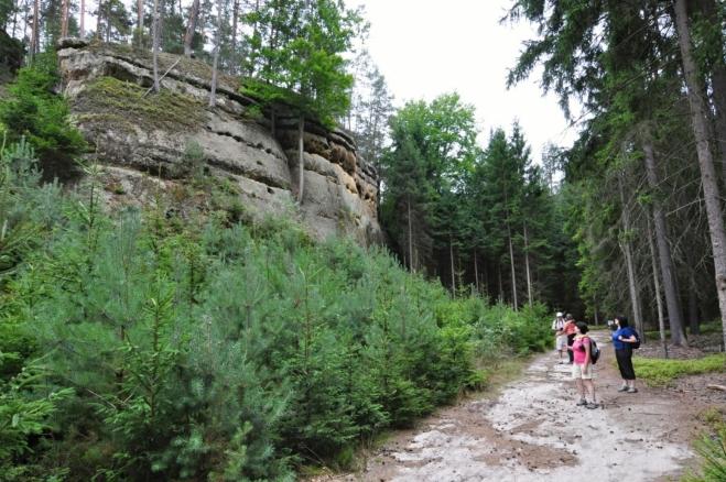Tam kdesi nahoře ve skalách jsou příkopy a valy, jediný pozůstatek vojenského opevnění z 18.  století.