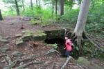 Ze zbytků kaple, která zde kdysi stála, necházíme pouze vstup do podzemí, kam se Lena chystá ponořit.