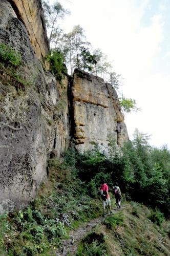 Když to již vypadá, že ze skal odejdeme, objeví se další kaňon, další věže, a další stezka, kterou vše podcházíme.