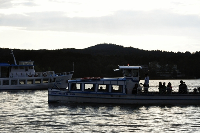 Po jezeře se lze projíždět výletní lodí.