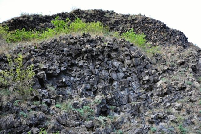 Lezeme Přírodní památkou Provodínské kameny.
