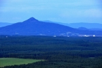 Vrchol Ralska  696 m n. m.) skrývá na vrcholu hradní zříceninu.