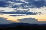 Slunce zakryl velký mrak, který omezil zabarvení obzoru.