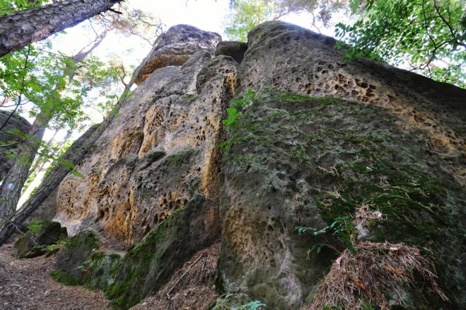 Pod Faraonem na Cinibulkově stezce. Tento vysoký skalní útvar je oblíbený horolezci.