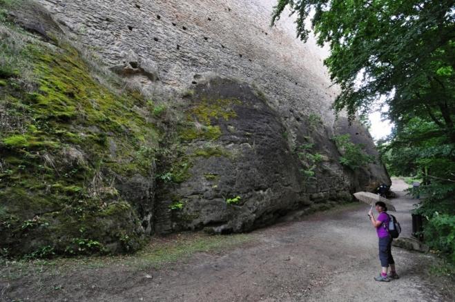 A na trhovišti pod hradem již začíná jít do tuhého. Liják se mění v dočasnou průtrž mračen a my prcháme do úkrytů hradu.