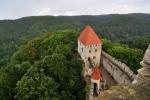 Ten nejlepší úkryt před dotěrnÿm deštěm je ve věži. Také je odsud pěkný pohled dolů na hrad.