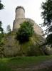 Mohutnost Kokořína zvyšuje skála, na které hrad je vystavěný.