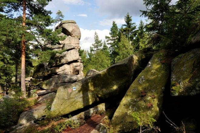 Čert zde nechal nejenom své kopyto, ale poztrácel i spoustu kamenů, kterými chtěl přehradit u Čertovy stěny Vltavu.