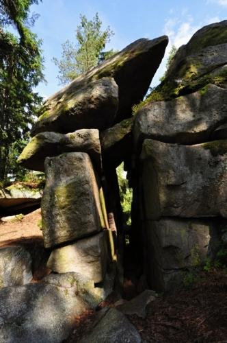 Nedaleko od Čertova kopyta je skrýš v průrvě skalního bloku.