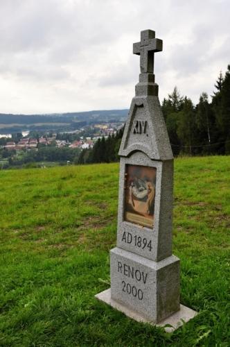 Od kaple i z celé křížové cesty je nádherný rozhled na lipenské zátoky a Frymburk.