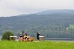 Piknik nad Lipnem je nejlepší u výhledu s osazenými panoramatickými fotkami s popisy okolních vrcholků.