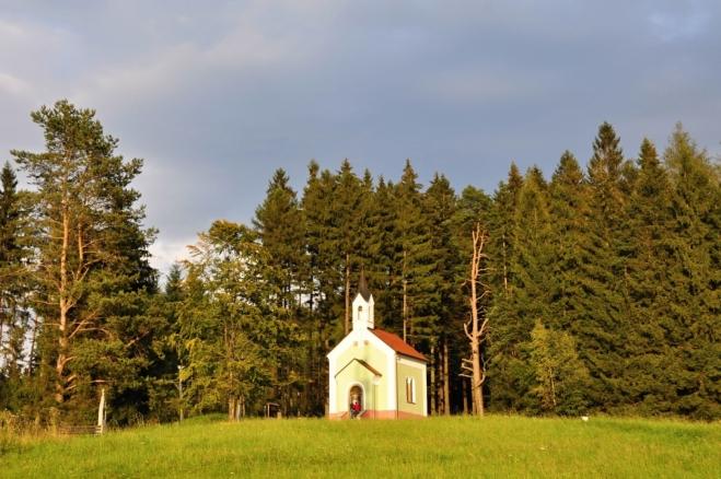 Právě od kaple je na obec nejhezčí pohled, který si dlouze užíváme.