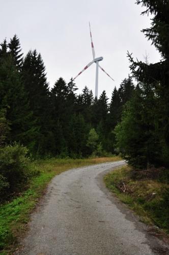 Větrné elektrárny stojí těsně u hranic na vrcholové plošině mezi Hvězdnou a Hirschensteinem.