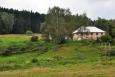 Jediný dům je obydlený. S jediným koněm, jedinou kravou a jedinou ovcí...