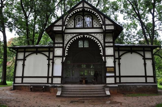 Voda z Rudolfova pramene je vedena i do pavilonů Karolina a Křížový pramen.
