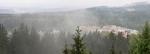 Rozhledy jsou omezené lesy a dnes i převalující se mlhou.