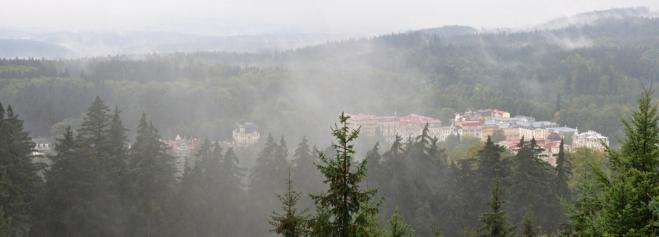 Rozhledy jsou omezené lesy a převalující se mlhou.