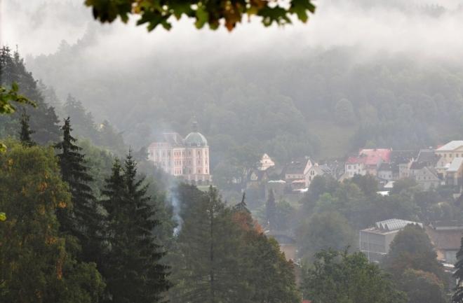 Bečovský zámek láká k prohlídce. Spolu se sousedním hradem tvoří dominantu obce.