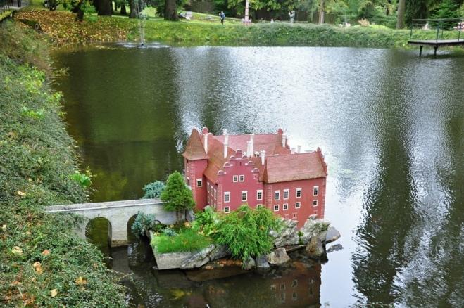 V Parku Bohemínium je mnoho miniatur známých staveb z naší vlasti. Červená Lhota je romantická nejenom ve skutečnosti.