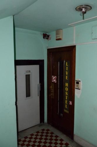 Ani tady se ovšem nedozvoníme, při pohledu na dveře bych se nedivil, kdyby hostel už delší dobu nefungoval. Nebo je recepce přítomna pouze na objednávku, tu jsme neudělali.