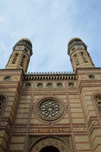 Synagoga byla vybudována v polovině 19. století v novomaurském slohu (snad se tomu tak říká), ze svého okolí tedy vyčnívá i zajímavým vzhledem. Uvnitř se posadí skoro tři tisíce věřících.