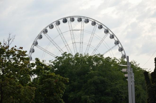 """""""Budapešťské oko"""" na náměstí Erzsébet (""""eržébet""""). Dosahuje výšky 65 metrů a je přenosné, za pár týdnů už může stát někde jinde."""