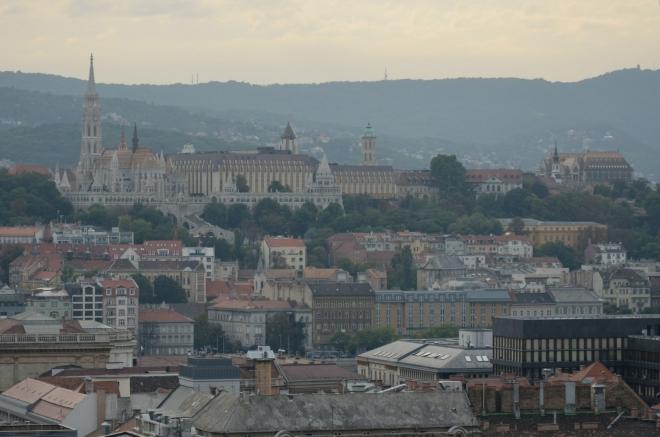 Nad pravým břehem Dunaje stojí též Rybářská bašta a Matyášův chrám (vlevo). Sem i na hrad se ještě podíváme.