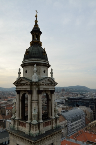 Bazilika měří na výšku pěkných 96 metrů, stejně jako známá budova parlamentu postavená v témže období, která zde vyčnívá v pozadí. Shodná výška těchto staveb prý symbolizuje rovnost světského a duchovního přístupu a žádná budova ve městě nesmí být vyšší, pěkně si to ti Maďaři vymysleli.