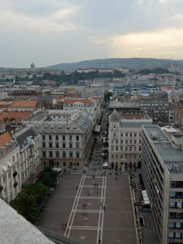 Výhled přes náměstí svatého Štěpána až k budovám a kopcům na západní straně Dunaje